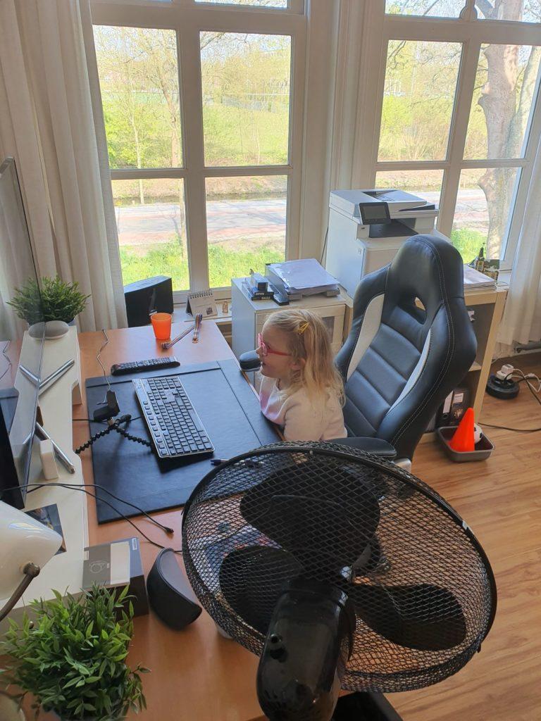 Afbeelding met gereedschap, venster, zaag, tafel  Automatisch gegenereerde beschrijving
